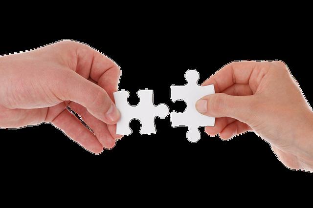 ręce z puzzlami