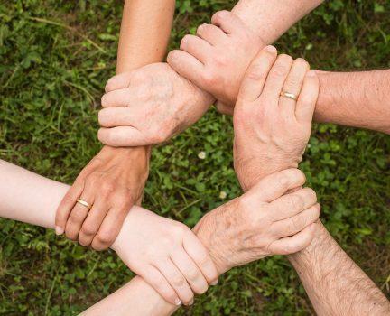 ręce trzymające się za nadgarstki